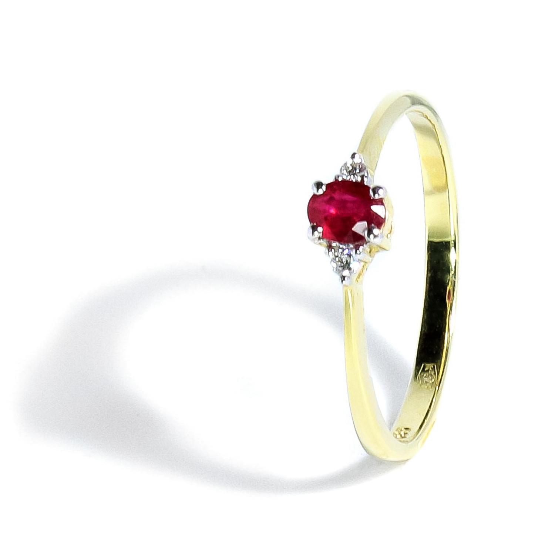 Jemný rubínový prsteň s diamantmi po stranách