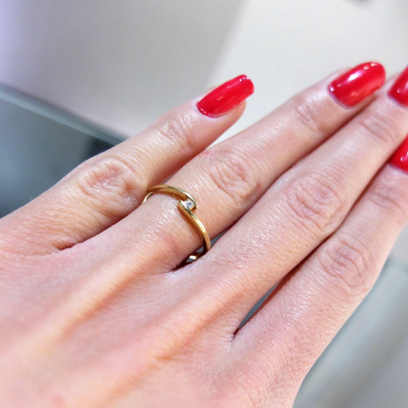 Hladký diamantový prsteň v tvare vlnovky