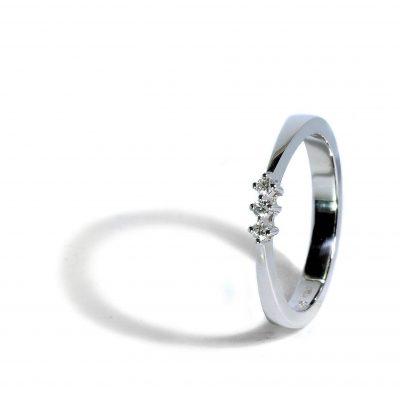 Zlatý prsteň s troma diamantmi