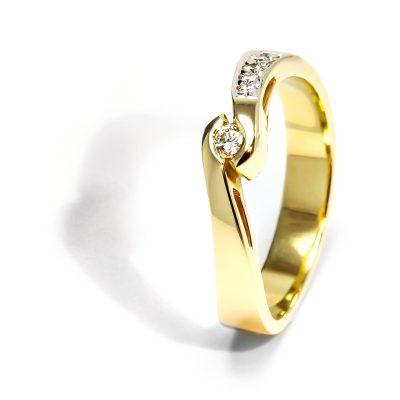 Nezvyčajný diamantový prsteň zo žltého Nezvyčajný diamantový prsteň zo žltého