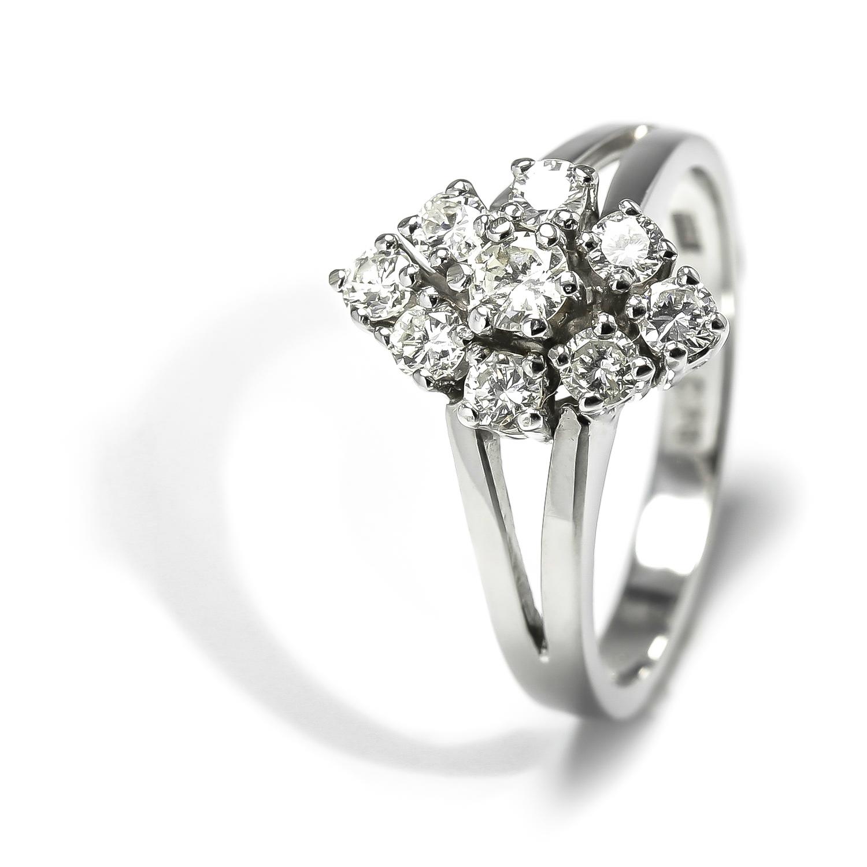 Očarujúci prsteň z bieleho zlata s diamantmi