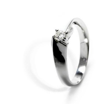 emný zlatý prsteň s diamantom