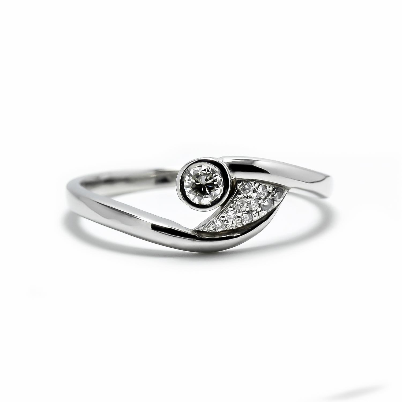 Elegantný diamantový prsteň z bieleho zlata