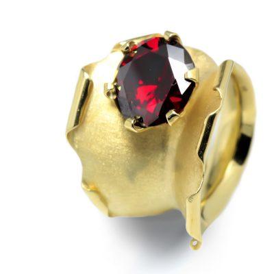Jedinečný zlatý prsteň s Granátom