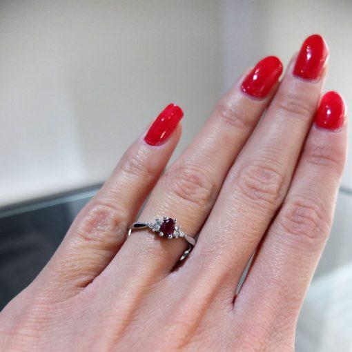 Elegantný diavý prsteň s prírodným rubínommanto