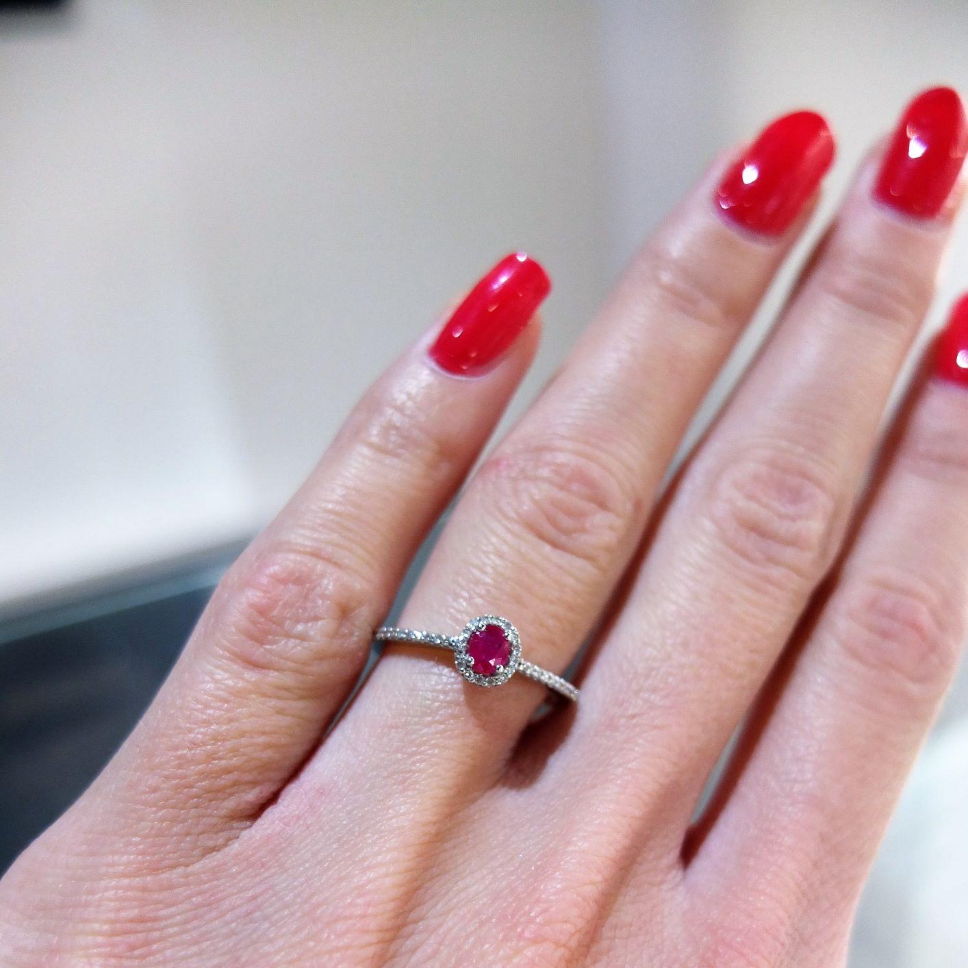 Jemný prsteň s rubínom a diamantmi