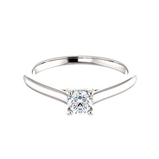 Zaujímavý prsteň s diamantom